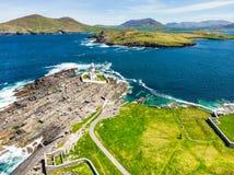 Bello punto di vista di Valentia Island Lighthouse al punto di Cromwell Posizioni degno visitare sul modo atlantico selvaggio immagini stock