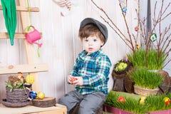 Bello ragazzino divertente che gioca fra il paesaggio della molla di pasqua Immagine Stock