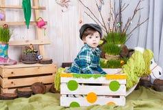 Bello ragazzino divertente che gioca fra il paesaggio della molla di pasqua Immagini Stock