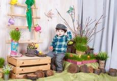 Bello ragazzino divertente che gioca fra il paesaggio della molla di pasqua Fotografie Stock Libere da Diritti