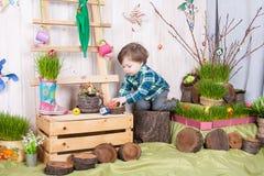 Bello ragazzino divertente che gioca fra il paesaggio della molla di pasqua Immagini Stock Libere da Diritti