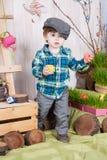 Bello ragazzino divertente che gioca fra il paesaggio della molla di pasqua Fotografie Stock