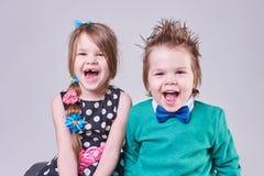 Bello ragazzino e ragazza, gridanti e sorridenti Fotografie Stock Libere da Diritti