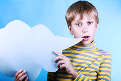 Bello ragazzo biondo divertente che tiene una nuvola blu in bianco del messaggio che dice qualcosa Fotografia Stock