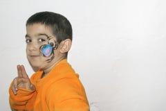 Bello ragazzo del bambino con il fronte dipinto con un ragno Fotografie Stock