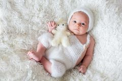 Bello ragazzo di neonato, esaminante stranamente la macchina fotografica Fotografia Stock