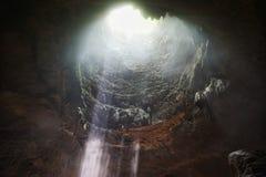 Bello raggio di luce dentro la caverna di Jomblang fotografia stock
