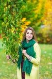 Bello ramo di mezza età della tenuta della donna di un albero di acero nel parco di autunno Fotografia Stock Libera da Diritti
