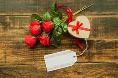 Bello regalo con forma del cuore con un mazzo delle rose rosse Fotografia Stock Libera da Diritti