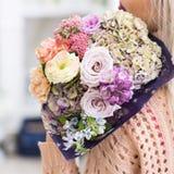 Bello regalo della data del mazzo romantico del fiore fotografia stock