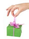 Bello regalo in una mano femminile Fotografie Stock Libere da Diritti