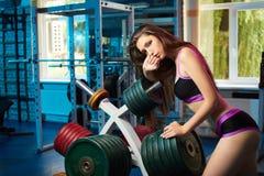 Bello respiro sensuale femminile attraente della presa della ragazza durante l'allenamento di forma fisica alla palestra Immagine Stock Libera da Diritti
