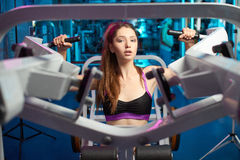 Bello respiro sensuale femminile attraente della presa della ragazza durante l'allenamento di forma fisica alla palestra Immagini Stock