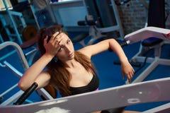 Bello respiro sensuale femminile attraente della presa della ragazza durante l'allenamento di forma fisica alla palestra Immagine Stock