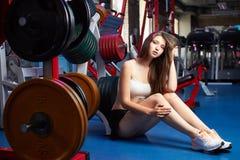 Bello respiro sensuale femminile attraente della presa della ragazza durante l'allenamento di forma fisica alla palestra Fotografie Stock Libere da Diritti