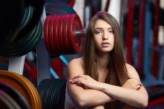 Bello respiro sensuale femminile attraente della presa della ragazza durante l'allenamento di forma fisica alla palestra Immagini Stock Libere da Diritti