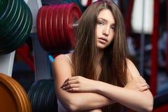 Bello respiro sensuale femminile attraente della presa della ragazza durante l'allenamento di forma fisica alla palestra Fotografie Stock