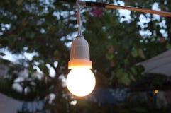 Bello retro fondo, decorazione della lampadina che emette luce per il fondo astratto Festival di concetto Fotografia Stock Libera da Diritti