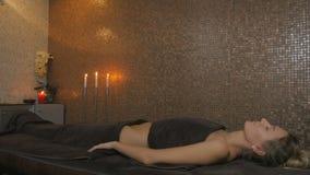 Bello rilassamento biondo nel salone della stazione termale stock footage