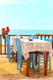 Bello ristorante Mediterraneo al mare fotografie stock