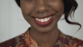Bello ritratto afroamericano femminile dello studente universitario, donna di risata felice, sorriso alto di fine con i denti bia Fotografia Stock