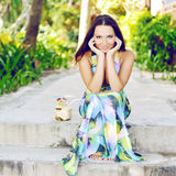 Bello ritratto all'aperto sorridente elegante di estate della donna Fotografia Stock Libera da Diritti