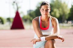 Bello ritratto atletico della giovane donna Fotografie Stock