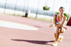 Bello ritratto atletico della giovane donna Immagini Stock