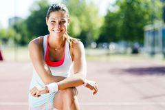 Bello ritratto atletico della giovane donna Fotografia Stock