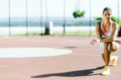 Bello ritratto atletico della giovane donna Fotografia Stock Libera da Diritti