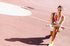 Bello ritratto atletico della giovane donna Fotografie Stock Libere da Diritti