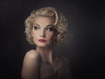 Bello ritratto biondo della donna Fotografia Stock