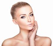 Bello ritratto biondo della donna su fondo bianco Bellezza del fronte immagini stock