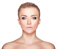 Bello ritratto biondo della donna su fondo bianco Bellezza del fronte fotografia stock