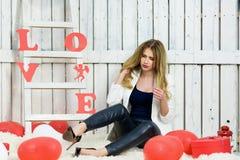 Bello ritratto biondo della ragazza sui biglietti di S. Valentino Da Fotografie Stock