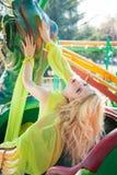 Bello ritratto biondo elegante della donna di modo di estate del parco di divertimenti immagine stock