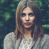 Bello ritratto calmo della ragazza - alto vicino fotografie stock libere da diritti