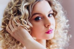 Bello ritratto con trucco professionale per un addio al nubilato Bionda della ragazza con capelli ricci immagini stock