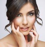 Bello ritratto del fronte della donna Touchi della mano del fronte di stile di cura di pelle Fotografia Stock