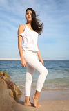 Bello ritratto del fronte della ragazza, capelli marroni e sorriso piacevole, sguardo del modello di moda Fotografia Stock