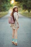 Bello ritratto del viaggiatore della giovane donna Immagine Stock