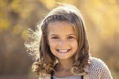 Bello ritratto della bambina sorridente all'aperto Immagine Stock