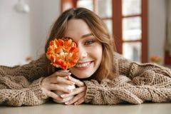Bello ritratto della donna castana 20s in maglione che riposa nella c Fotografia Stock