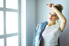 Bello ritratto della donna che sta finestra vicina Isolato su priorità bassa bianca Fotografia Stock Libera da Diritti