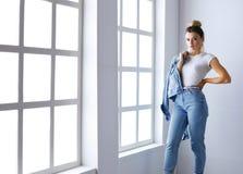 Bello ritratto della donna che sta finestra vicina Isolato su priorità bassa bianca Immagini Stock