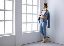 Bello ritratto della donna che sta finestra vicina Isolato su priorità bassa bianca Fotografie Stock Libere da Diritti