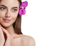 Bello ritratto della donna con l'orchidea del fiore in capelli isolati su bianco Fotografie Stock Libere da Diritti
