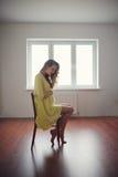 Bello ritratto della donna incinta a casa Fotografia Stock