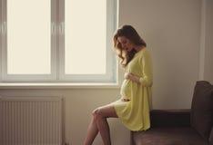 Bello ritratto della donna incinta a casa Fotografia Stock Libera da Diritti