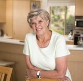 bello ritratto della donna matura senior graziosa e dolce nel medio evo intorno 70 anni sorridere felice ed amichevole a casa Fotografia Stock Libera da Diritti